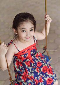 """Bé gái Hà Nội mồ côi bố và bộ ảnh """"thiên thần buồn"""" đẹp như tranh vẽ"""