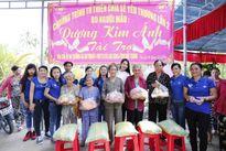 Hoa hậu Dương Kim Ánh giản dị đi từ thiện ở Sóc Trăng