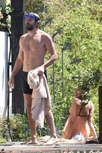 Bạn gái cũ C.Ronaldo diện bikini khoe thân hình nóng bỏng bên tài tử Bradley Cooper