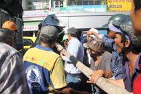 Hàng chục người giải cứu tài xế trong cabin bẹp dúm
