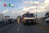 Cầu vượt ngã 4 Thủ Đức tê liệt vì va chạm giao thông