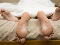 Đối phó với tai nạn gẫy 'cậu nhỏ', thủng cùng đồ trên giường ngủ