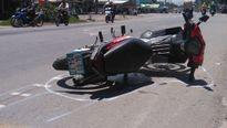 Bị xe máy kéo lê gần 10 mét, bé trai bị gãy xương đòn