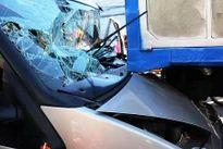 Tài xế xe khách mắc kẹt trong cabin sau cú đâm trực diện đuôi xe tải