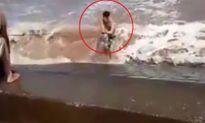 Hãi hùng cảnh người dân quăng dây cứu thanh niên suýt chết đuối vì tắm biển