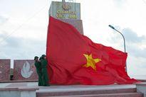 Hoa hậu Việt Nam 2016 treo cờ tổ quốc trên đảo Lý Sơn