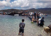 Nhiều phụ nữ bồng con hoảng loạn thoát khỏi nhà hàng sập trên biển