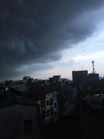 Hình ảnh cơn dông ập đến trong ngày oi nóng ở Hà Nội