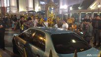 'Hú vía' vì xe điên lao thẳng đền thờ Erawan