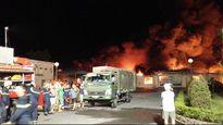 Cháy lớn trong đêm, cột khói bốc cao hàng chục mét