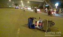 Xe máy vướng tay lái vào xe lăn, nạn nhân khuyết tật nguy kịch