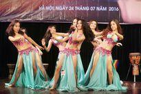 Thiếu nữ châu Á khoe vũ điệu bellydance nóng bỏng tại HN