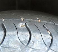 Ôtô xịt lốp, kiểm tra 4 bánh thấy dính tới... 30 chiếc đinh