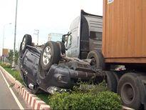 Xe con 'chổng vó' trên dải phân cách, 6 người bị thương