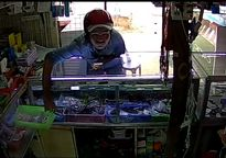 Vào cửa hàng điện thoại ngó nghiêng, tiện tay trộm rổ thẻ cào