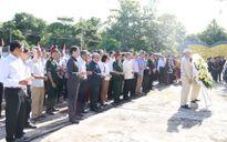 Dâng hương tại nghĩa trang liệt sỹ Liên quân Lào Việt