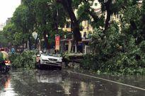 Hà Nội: Nhiều tuyến phố ngập nặng và mất điện vì mưa to, gió giật mạnh