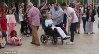 Màn flashmob cảm động nhất thế giới của người chồng dành tặng cho người vợ tật nguyền