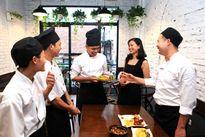Bà chủ tiệm Cơm gà Kampong với thực đơn 'Gà sung sướng'