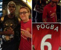Paul Pogba ký vào áo đấu Manchester United