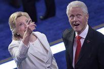 Ông Bill Clinton vui mừng như một đứa trẻ khi chơi đùa với bóng