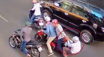 Hai người ở TP HCM ngã xuống đường khi bị cướp giật