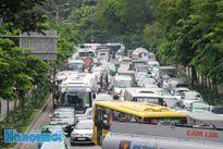 Giờ thấp điểm, đường vào sân bay Tân Sơn Nhất vẫn kẹt cứng