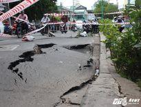 'Hố tử thần' khủng giữa phố Sài Gòn: Hệ thống cống ngầm đứt gãy kéo mặt đường sụp xuống