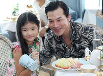 Con gái Trần Bảo Sơn tươi tắn đi sự kiện cùng bố