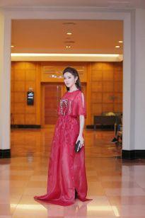 Hoàng Thùy Linh ma mị, Elly Trần quyến rũ với đầm xuyên thấu