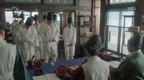 Giả làm thái giám, Kim Yoo Jung mếu máo vì bị bắt... lột quần