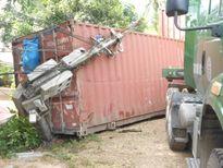 Ôtô tải va chạm xe đầu kéo, tài xế văng xuống đường tử nạn