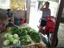 Hàng rau ế ẩm, thịt lợn cháy hàng tại các chợ trong ngày mưa bão