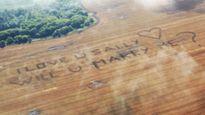 Chàng nông dân thuê máy bay cầu hôn bạn gái