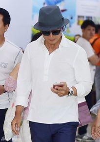 Vợ chồng Bae Yong Joon người trước kẻ sau ở sân bay