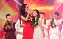 Minh Như ôm HLV Hồ Quỳnh Hương khóc trong phút đăng quang