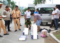 CSGT bắt giữ xe khách chở hơn 1.000 gói thuốc lá lậu