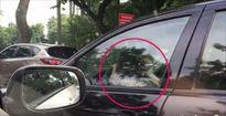 Bé gái cầm vô lăng ô tô biển xanh đi giữa phố đông phải xử lý thế nào?