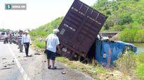 Xe container và xe khách lao xuống ruộng sau cú tông mạnh