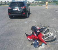 Xe máy đối đầu ô tô, một người nguy kịch