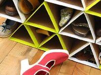 Tái chế bìa các-tông: Làm giá để giày độc đáo