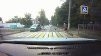 Biker lao thẳng vào đuôi ô tô đang dừng để chờ cụ bà sang đường