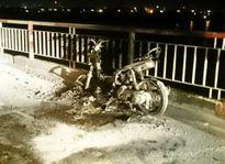 Mang xe máy lên cầu Chương Dương đốt lúc nửa đêm