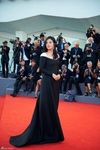 Triệu Vy bị la ó vì ăn mặc siêu xấu lên thảm đỏ