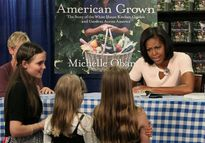 Khoảnh khắc thân thiện của phu nhân Tổng thống Obama với trẻ em