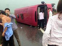 Tạm giữ hình sự lái xe trong vụ lật xe khách khiến 2 người tử vong