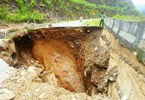 'Hố tử thần' rộng 9 m chia cắt quốc lộ 16 ở Thanh Hóa