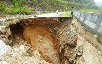 Xuất hiện 'hố tử thần' rộng 9m chia cắt quốc lộ ở Thanh Hóa