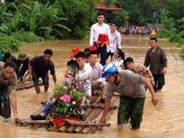 Ảnh độc khó quên: Đám cưới trong mưa lũ