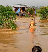 Hơn 1 giờ vật lộn giữa dòng lũ dữ cứu 6 người dân mắc kẹt